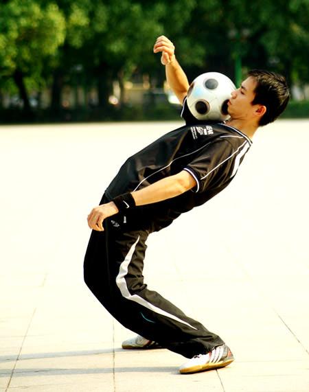 Hướng dẫn kỹ thuật tâng bóng trong bóng đá