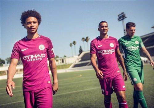 Quần áo bóng đá màu hồng