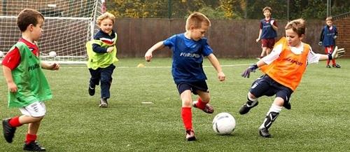 Khi chọn mua áo bóng đá trẻ em nên chọn theo 4 tiêu chí này
